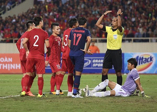 Trọng tài không công nhận bàn thắng vì cho rằng Văn Hậu có va chạm với thủ thành Kawin (áo tím). Ảnh: Phạm Đương.