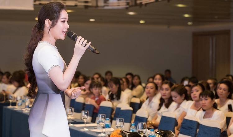 Nhật Kim Anh vững vàng khi điều hành mọi hoạt động của sự kiện với các khách mời như không có chuyện gì xảy ra. Cô vẫn tự tin, cười đùa với mọi người, tạo cảm giác ấm cúng.