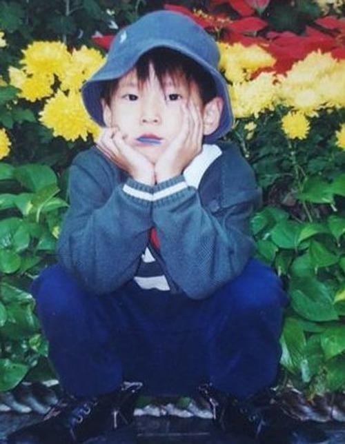 Ảnh hồi bé dễ thương này là nam idol nào? - 2
