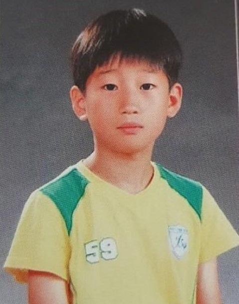 Ảnh hồi bé dễ thương này là nam idol nào? - 3