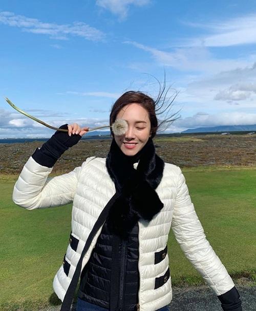 Jessica rạng rỡ trong gió ở Iceland.