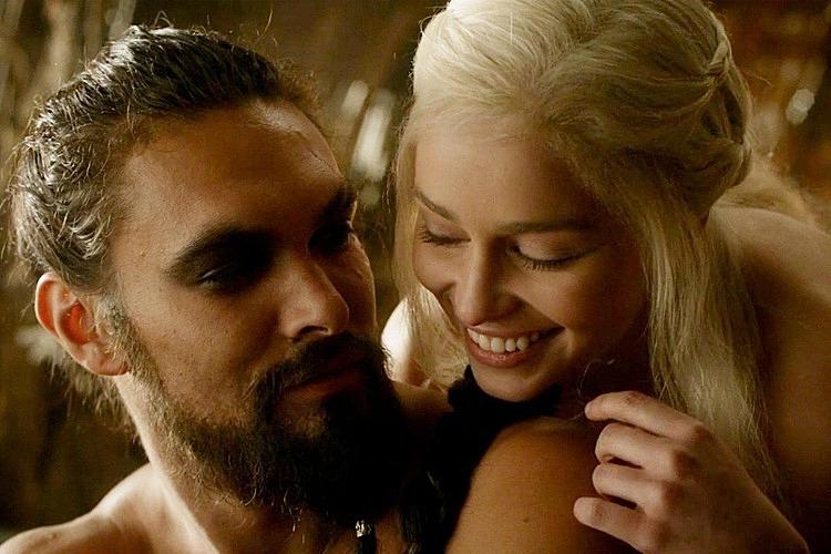 Emilia Clarke và Jason Momoa đóng cặp với nhautrong Game of Thrones.