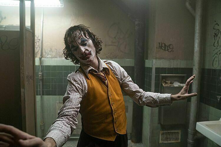 Diễn viên Joaquin Phoenix đã có diễn xuất ấn tượng, gây ám ảnh trong phim. Một trong số đó là cảnh anh ngẫu hứng nhảy múa trong phòng tắm.