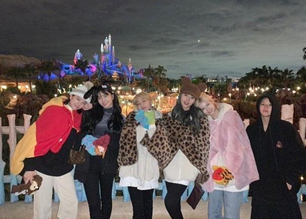 Các cô gái Twice rủ nhau đi chơi công viên Disney.