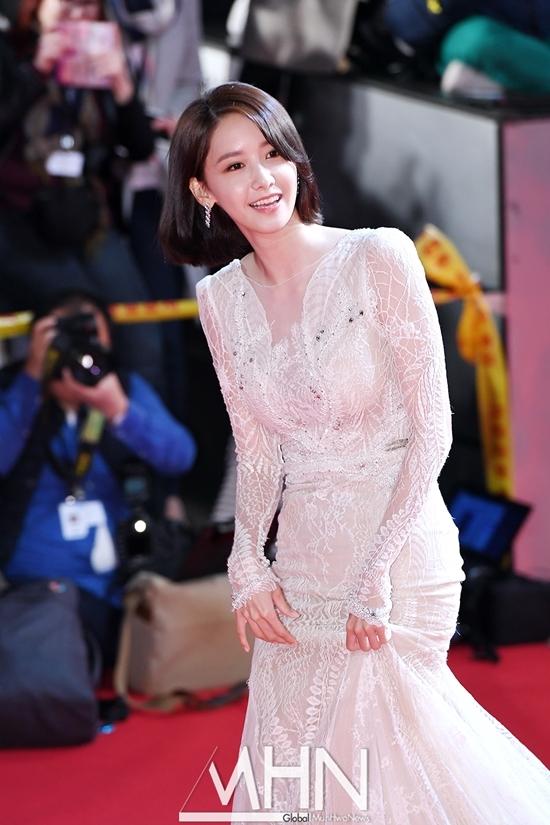Bộ đầm trắng thướt tha tôn đường cong tuyệt mĩ, khiến cô nàng nhận cơn mưa lời khen từ người hâm mộ.