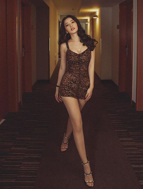 Nhiều lần Chi Pu gây sốt khi mặc váy hở trên ngắn dưới khoe tối đa số đo ba vòng.