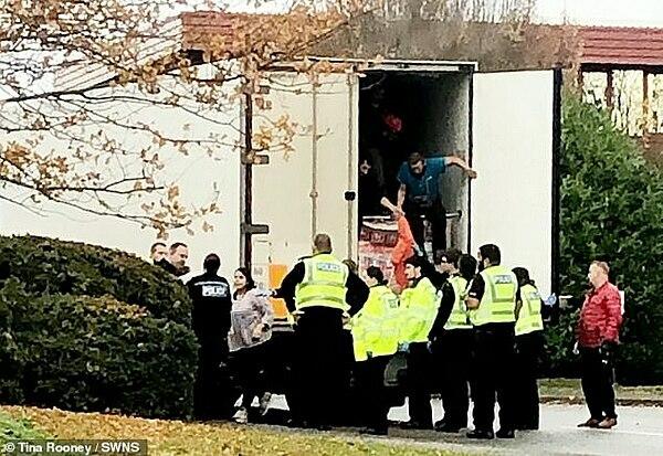 Cảnh sát đứng vây quanh chiếc container xe tải.