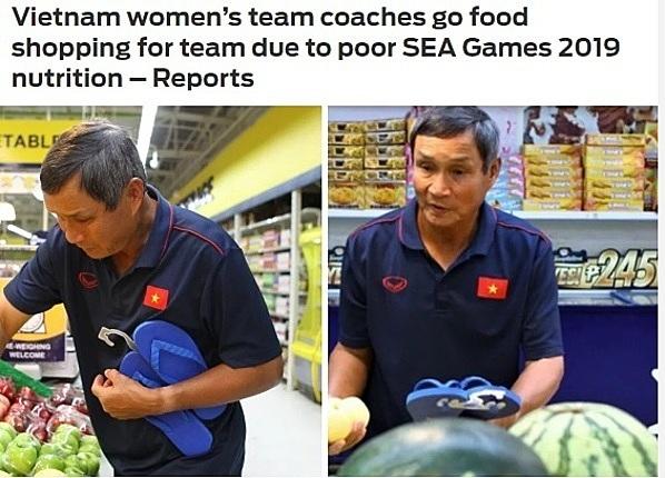 Fox Sports phản ánh việc HLV tuyển nữ Việt Nam đi siêu thị để mua đồ ăn cho tuyển thủ.