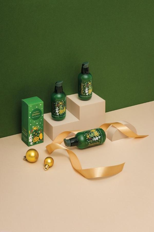 Bộ đôi Green Tea dưỡng ẩm khoác lên mình màu xanh của cây thông Noel.