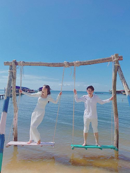 Họ vui đùa trên xích đu bên bờ biển. Tình cảm của họ khiến nhiều fan, đồng nghiệp ngưỡng mộ.