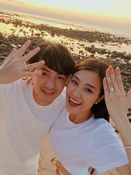 Đăng ảnh khoe nhẫn đính hôn cùng chồng trên trang cá nhân, Đông Nhi khẳng định hai ta sẽ đeo nhẫn cưới suốt đời.