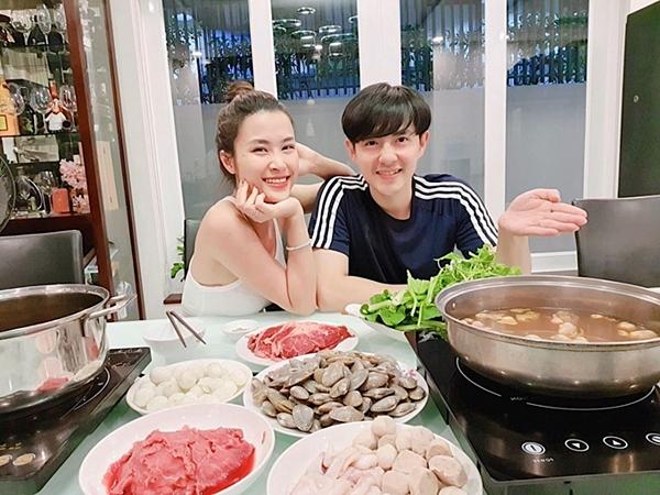 Đông Nhi được bố mẹ Ông Cao Thắng nấu lẩu hải sản để thưởng thức khi xem bóng đá. Cặp vợ chồng son tươi tắn trước ống kính.