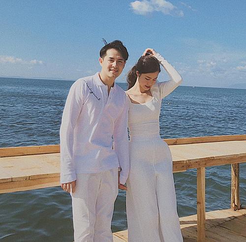 Gần một tháng sau đám cưới, Đông Nhi - Ông Cao Thắng trở lại đảo Phú Quốc - nơi diễn ra hôn lễ của cặp đôi. Họ có khoảnh khắc tình tứ trong kỳ trăng mật.