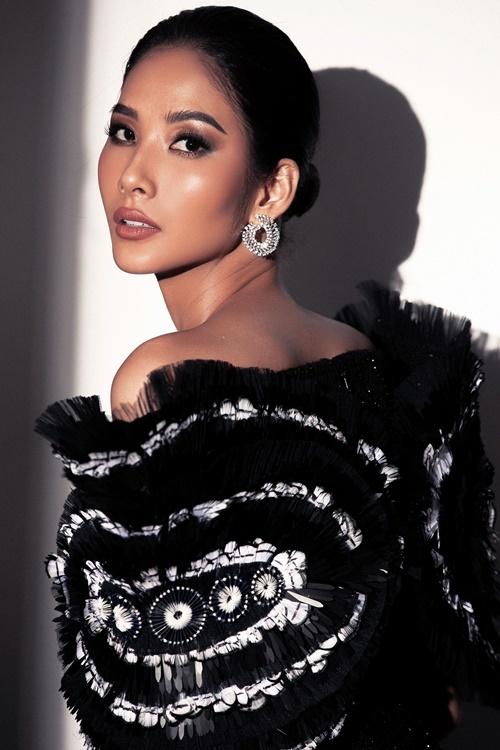 Hiện, Hoàng Thùy  nặng 59 kg. Số đo ba vòng là 84-60-96.Trước đây, côchỉ nặng khoảng 45 kg nhưng từ sau khi trở thành đại diện Việt Nam dự thi Miss Universe, côduy trì chế độ ăn uống, tập luyện khắc nghiệt. Tăng cân nên kích cỡ vòng một của côcũng được cải thiện đáng kể.