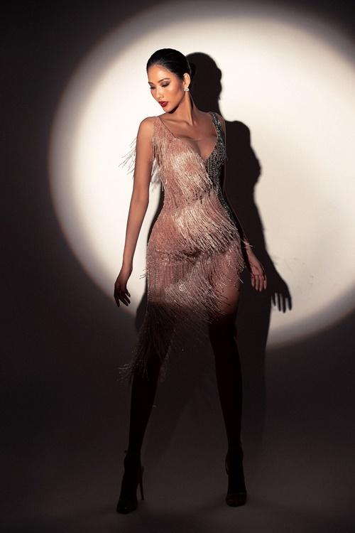 Hoàng Thùy mặc thiết kế tua rua, cắt xẻ gợi cảm của Hoàng Hải. Cô muốn hướng đến hình ảnh sexy nhưng quý phái, sang trọng, phù hợp với định hướng của cuộc thi Miss Universe.