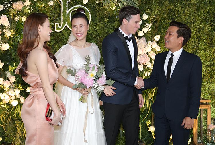 Tháp tùng Nhã Phương dự tiệc cưới là ông xã Trường Giang. Nam nghệ sĩ hài bắt tay chúc mừng hạnh phúc