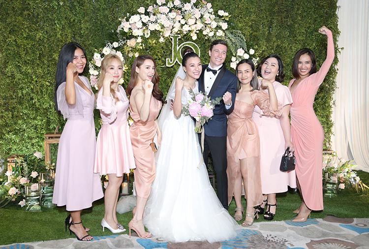 Hội bạn thân của cô dâu diện đồ hồng đồng điệu dự đám cưới.
