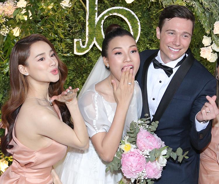 Nhã Phương pose hình nhắnh nhít bên cô dâu.