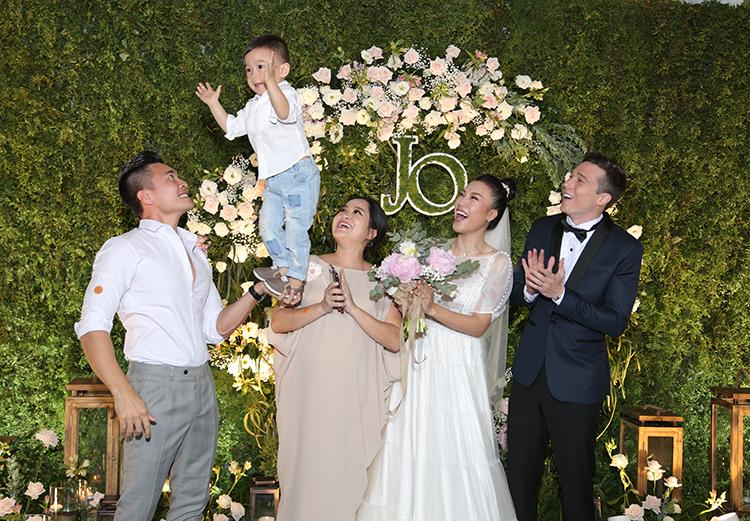 Vợ chồng diễn viên xiếc Quốc Cơ - MC Hồng Phượng cùng con trai có mặt từ sớm để chúc mừng. Anh còn cho con trai biểu diễn xiếc trước mặt cô dâu - chế rể để chúc mừng.