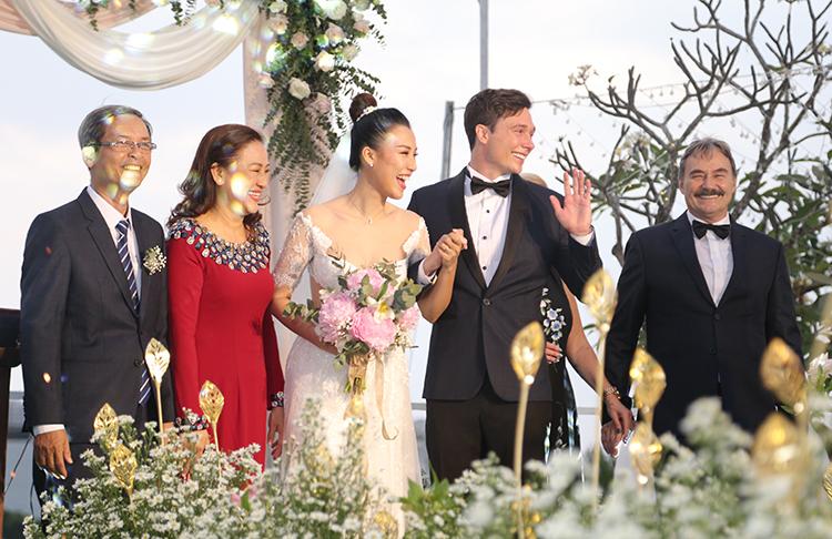 Cô dâu - chú rể ánh lên niềm hạnh phúc khi nắm chặt tay nhau suốt hôn lễ.