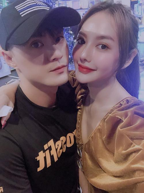 Lâm Vinh Hải và Linh Chi tình tứ khi đi chơi.