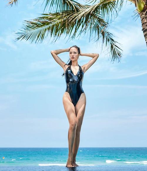 Vũ Ngọc Anh diện đồ tắm khoét hông táo bạo, khoe body đồng hồ cát.