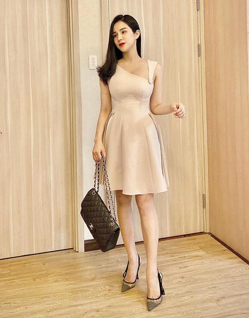Diệp Lâm Anh tự hào khoe đã mặc được váy ôm eo trở lại sau một tháng ở cữ.