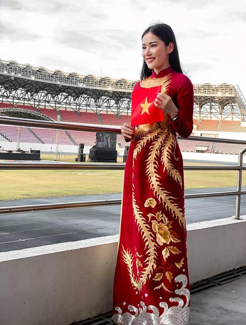 Milan Phạm diện áo dài ra sân cổ vũ cho đội tuyển U22 Việt Nam trước giờ đấu với đội U22 Indonesia tại SEA Games.
