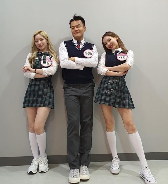 Park Jin Young mặc đồng phục xì tin bên Da Hyun và Na Yeon, cùng tham gia chương trình Ask Us Anything.