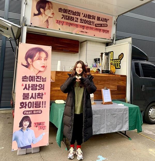 Son Ye Jin cảm ơn đàn chị Kim Hye Soo gửi xe cà phê đến trường quay Crash Landing on You.