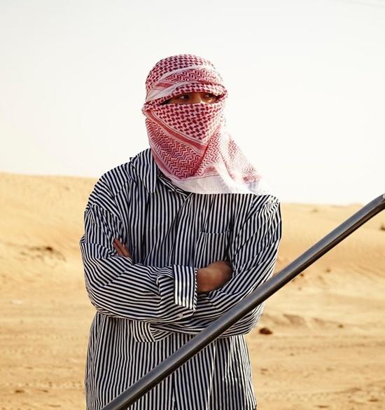 Se Hun chỉ để lộ đôi mắt khi ghi hình trên sa mạc.
