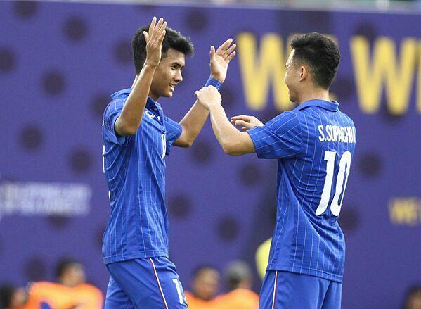Supachok (số 10) chơi tốt trong trận đấu Thái Lan gặp Singapore. Ảnh: Siam Sports.