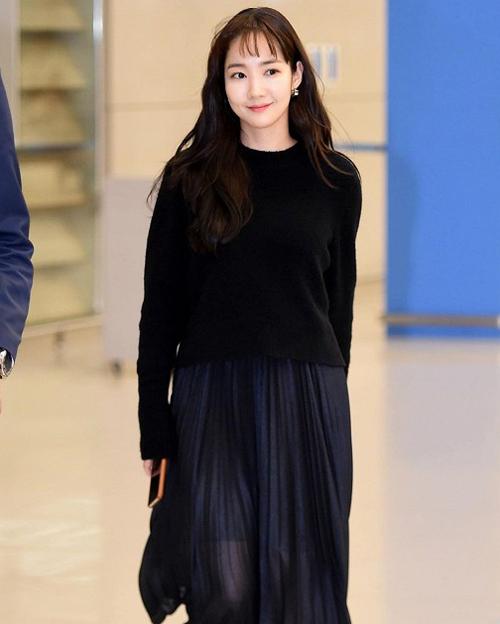 Trong lần ra sân bay mới đây, Park Min Young gây chú ý khi cắt tóc ngắn cũn trên lông mày.