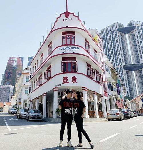 Ngày 17/11, cặp đôi đi nghỉ tuần trăng mật tại Singapore. Hai người mặc áo đôi, chụp hình theo phong cách nắm tay nhau đi khắp thế gian.