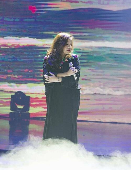 Minh Chuyên góp giọng trong đêm nhạc Bài ca tình yêu, tối 1/12 với tư cách khách mời sau thời gian nghỉ sinh con. Giọng hát của nữ ca sĩ đằm thắm, mượt mà hơn.