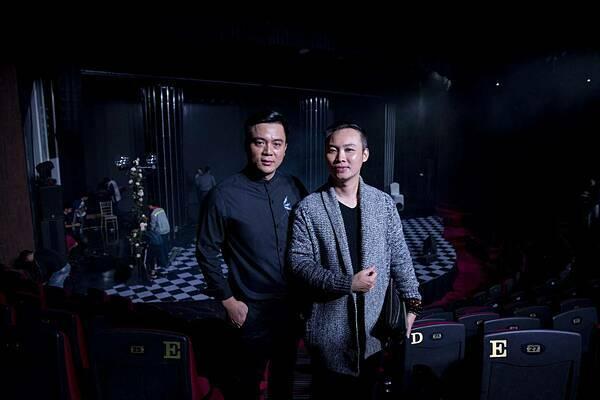 Đạo diễn Vạn Nguyễn (phải) chỉ đạo mọi hoạt động của đêm nhạc từ trong cánh gà.