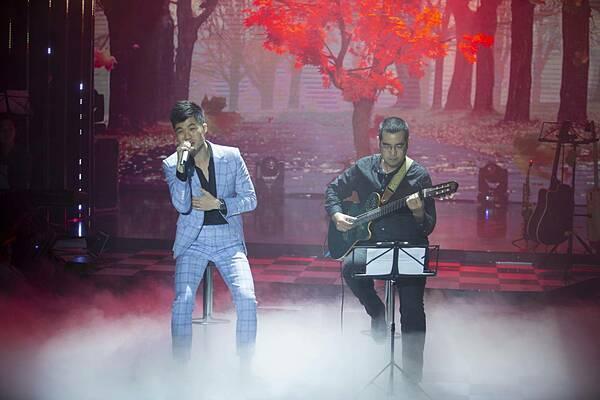 Thành Vương (trái) hát những tình khúc như Em là mùa thu, Em mùa thu đến, Nỗi nhớ... bên guitarist giữa cái lạnh đầu mùa.