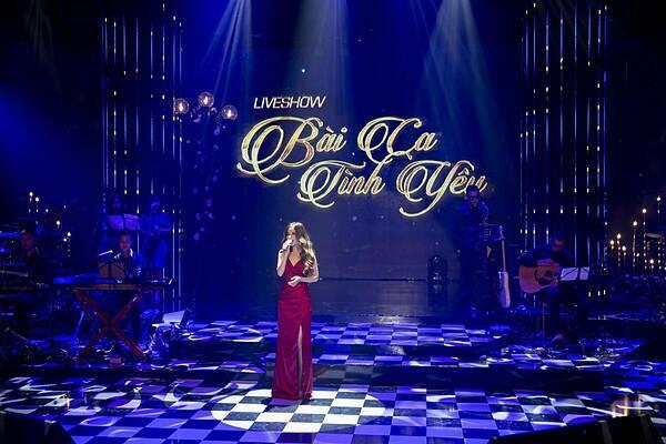 Hồng Duyên chọn đầm xẻ, phù hợp với không gian đêm nhạc.