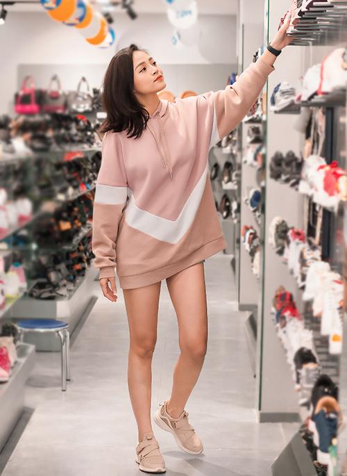 Tối cuối tuần, Thu Quỳnh mặc năng độngđi mua sắm. Cô diện áo hoodie theo phong cách giấu quần, khoe đôi chân thon thả.