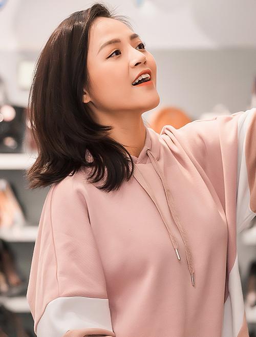 Khác với phong cách sexy trong Quỳnh búp bê hay dịu dàng trong Về nhà đi con, Thu Quỳnh ở đời thường ăn mặc thoải mái, trẻ trung hơn nhiều so với tuổi 30.