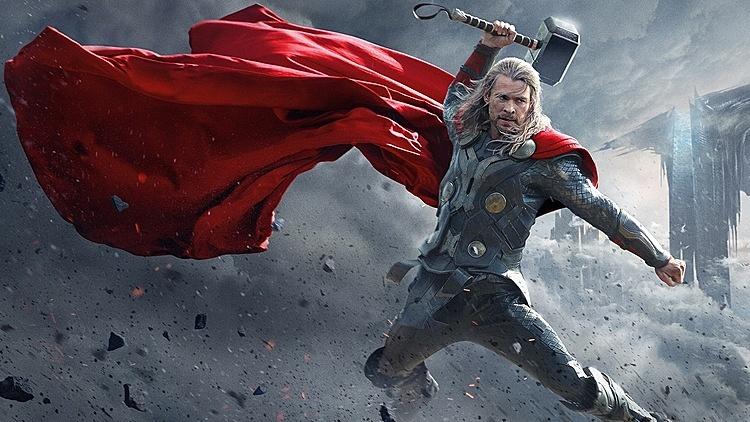 Chris Hemsworth cầm búa Mjolnir khi đóng vai Thor.