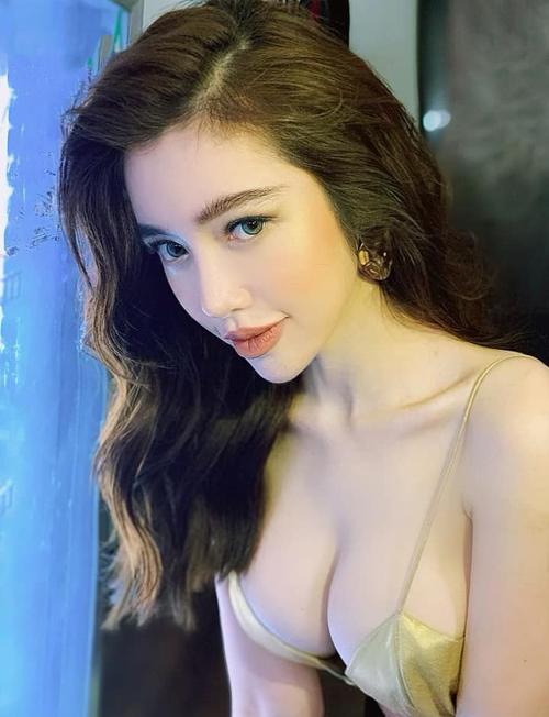 Elly Trần tạo dáng cúi người, khoe vòng một căng tràn gợi cảm.