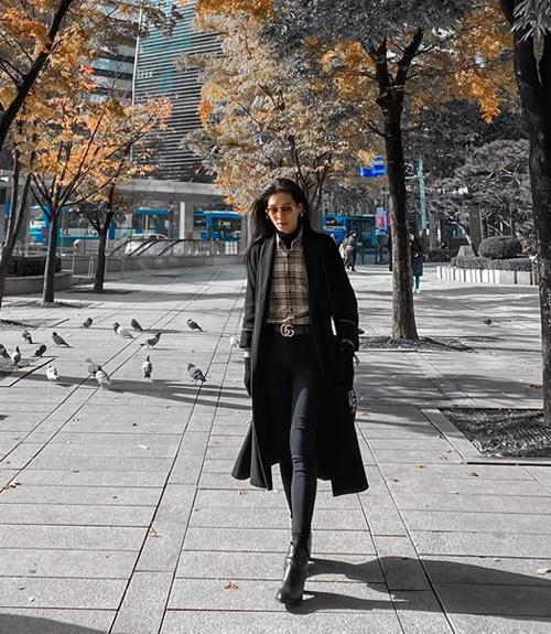 BB Trần dạo phố Seoul trong những ngày cuối thu ngập tràn lá vàng.