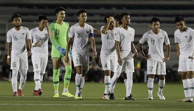Cầu thủ Indonesia buồn bã rời sân. Ảnh: Bola.
