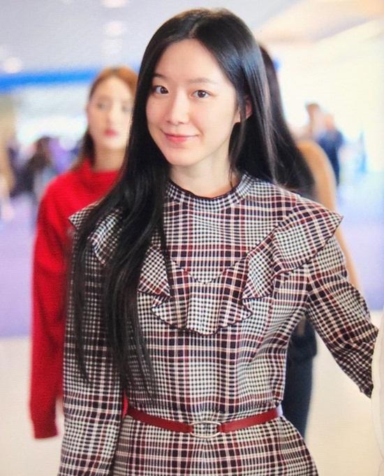 Shu Hua từng chia sẻ, cô yêu quý bản thân khi trông thật tự nhiên, gọn gàng và không ăn diện. Netizen Hàn đồng tình với quan điểm của Shu Hua và khen ngợi: Rõ ràng cô ấy vẫn xinh mà không cần trang điểm điệu đà.