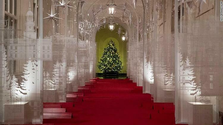 Khung cảnh Giáng sinh năm nay với tông chủ đạo màu trắng.
