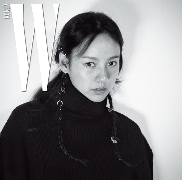 Trong bộ ảnh của tạp chí W Korea, nhiếp ảnh gia Kim Tae Eun đề nghị Lee Hyo Ri trang điểm nhẹ, nhưng cô thẳng thắn nói: Tất cả điều đó đều vô nghĩa, tôi chỉ muốn rửa lớp trang điểm đó đi thôi. Và những vết chân chim, nếp nhăn khóe mắt của Lee Hyo Ri lại vô tình tạo nên sự cuốn hút cho bộ ảnh.