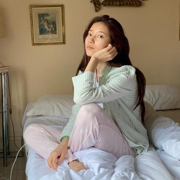 Suzy mặt mộc 100% trong trang phục pyjama gây sốt mạng xã hội Naver hôm 13/11. Trên tạp chí Nylon (2015), Suzy từng bộc bạch cô thích sự tự nhiên, không cầu kỳ và đơn giản trong phong cách hàng ngày.