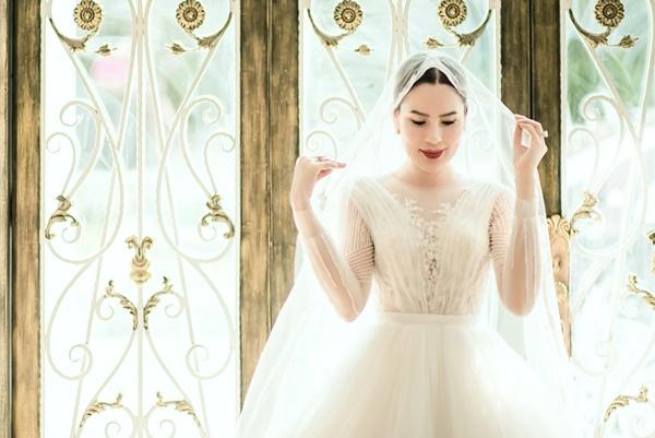 Phương Lê thích chất liệu voan và kiểu váy tùng xòe. Sau một thập kỷ mới mặc lại lễ phục cưới, cô cho biết bản thân cảm thấy phấn khích.