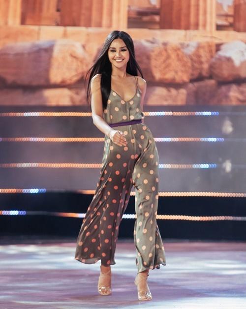 Lê Thu Trang - Top 10 Hoa hậu Hoàn vũ Việt Nam 2017 - quay trở lại với phong cách tự tin, chuyên nghiệp hơn.
